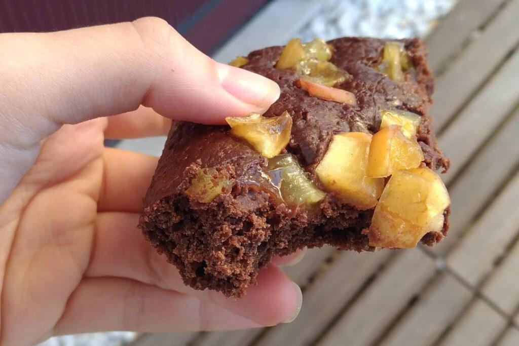 Mão segurando brownie